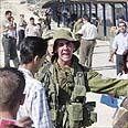 """חייל צה""""ל במחסום בשטחים. """"פינוי אינו אופציה"""" צילום: איי פי"""
