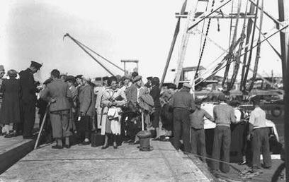 """עולים חדשים באים לנמל תל אביב, 1938 (צילום: זולטן קלוגר, לע""""מ)"""