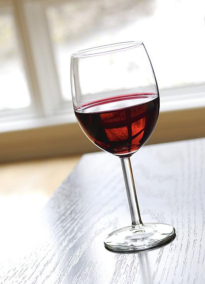 כוס יין אדום ליין גם מורידה את הכולסטרול הרע וגם מעלה את הטוב (צילום: ויז'ואל פוטוס)