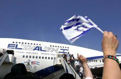 עולים חדשים מגיעים לישראל. עלייה של 55% לעומת השנה שעברה (צילום: רויטרס)