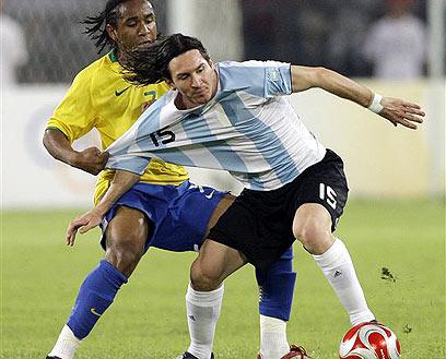 ליונל מסי באוליפיאדה מול ברזיל. פגש ממול את רונאלדיניו (צילום: AP)