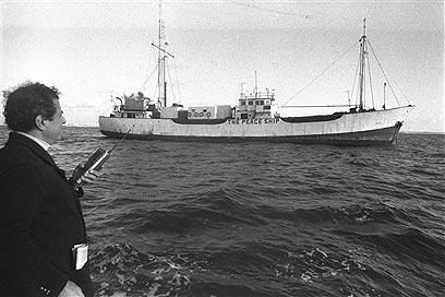אייבי נתן ומקום עגינתה של ספינת השלום בים, 1983 (צילום: AP)