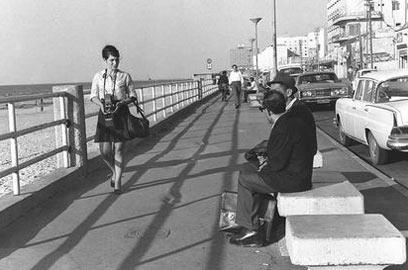 """העיר של הים. טיילת תל אביב בשנת 1969 (צילום: משה מילנר , לע""""מ)"""