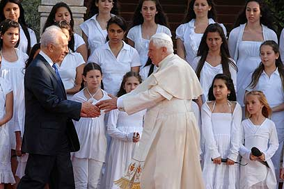 Pope Francis with President Shimon Peres at ceremony at President's Residence, earlier May (Photo: Mark Neyman, GPO)