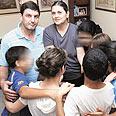 איילה ושאולי חלאף עם הילדים בבית האומנה צילום: עידו ארז