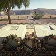 קברם של דוד ופולה בן-גוריון בשדה בוקר