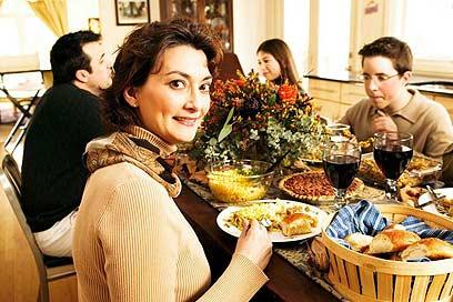 """""""בארוחות משפחתיות זוגתי דואגת שלא אצטרך לגעת בבשר"""" (צילום: ויז'ואל/פוטוס)"""