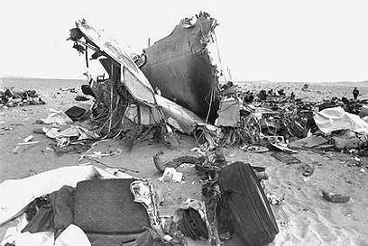 """שרידי המטוס בחולות סיני (צילום: משה מילנר, לע""""מ)"""