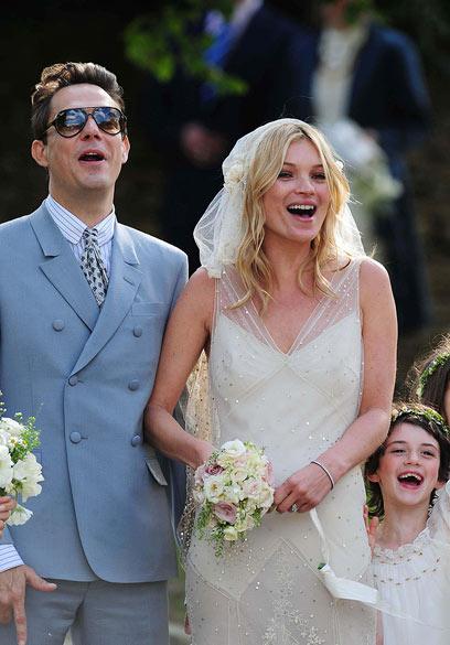 """קייט מוס בחתונתה. שמלת הכלה הייתה """"השיקום היצירתי"""" (צילום: mct)"""