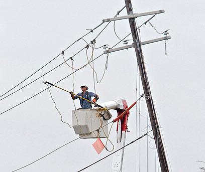 בצפון קרוליינה נקרעו כבלי חשמל (צילום: AP)