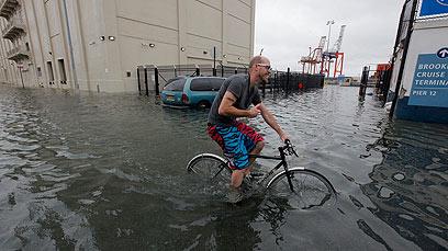 הנה, גם האמריקנים רוכבים בתנאי רטיבות מתקדמת (צילום: רויטרס)