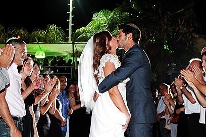 החתן רשאי לנשק את הכלה (צילום: people photography)