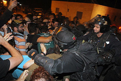 Police clash with settlers in Migron overnight (Photo: Gil Yohanan)