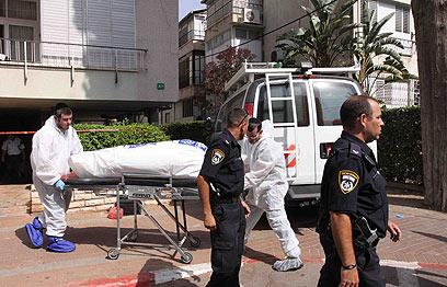 הוצאת הגופה (צילום: עידו ארז )