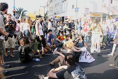 מפגינים חוסמים את התנועה, היום בתל אביב (צילום: דנה קופל)