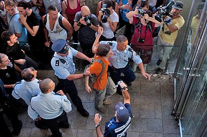 עצור נוסף בהפגנה, היום בתל אביב (צילום: בן קלמר)