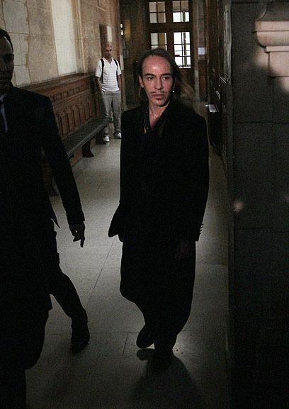 גליאנו בבית המשפט בפריז לאחר התקרית (צילום: AFP)