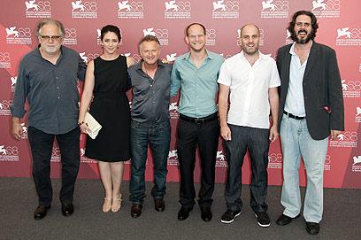 """קינן ונבון עם הבמאי ערן קולירין וחברי הצוות של """"ההתחלפות""""  (צילום: MCT)"""