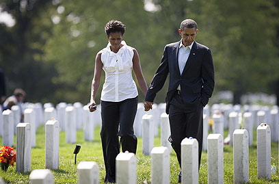Obama and wife Michelle visit Arlington Cemetery (Photo: AFP)