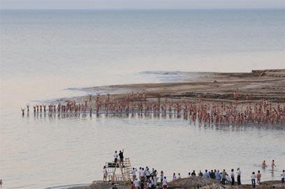 Spencer Tunick shoots Dead Sea photo (Photo: Yaron Brener)