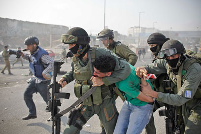 IDF troops arrest rioter at Qalandiya