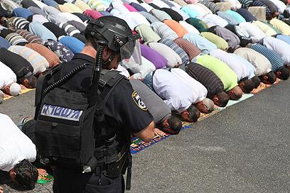 Muslims pray on Mount (Photo: Ohad Zoigenberg)