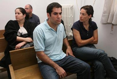 אחיו של דניאל, תמר וניר מעוז, בבית המשפט  (צילום: גיל יוחנן)