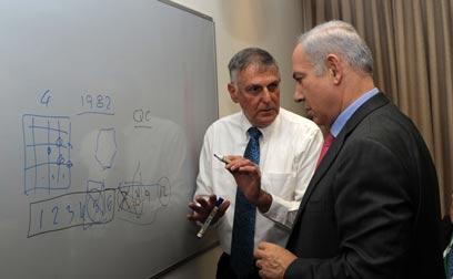 Prof. Shechtman with Netanyahu (Photo: Amos Ben Gershom, GPO)