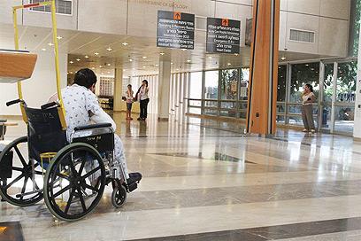 """בית החולים שיבא, היום. """"מחלקות ללא אנשים"""" (צילום: עופר עמרם)"""