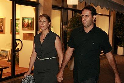 אודי סגל וזוגתו. נאלץ לעזוב בשל הדיווחים על עסקת שליט (צילום: שאול גולן)