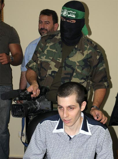Shalit giving interview to Egyptian TV (Photo: AP)