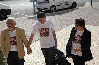 טל מור עם הוריו בדרך לבית המשפט (צילום: מוטי קמחי)