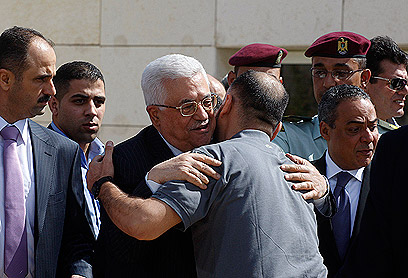 Abbas welcomes freed prisoners (Photo: Reuters)