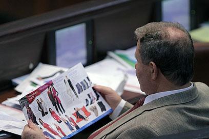 """ח""""כ שטרית מעביר את הזמן בין הנאומים (צילום: אלכס קולומויסקי, ידיעות אחרונות)"""