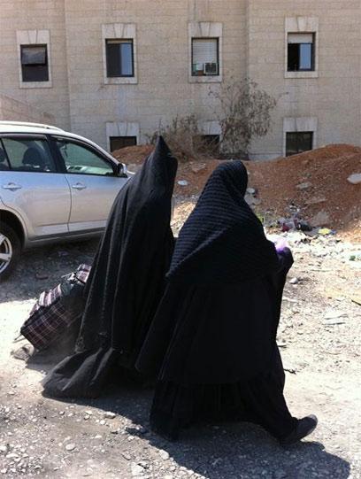 אחת מהנשים (משמאל) באופנה החדשה