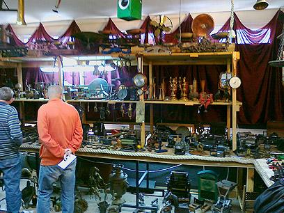 קונים ומוכרים. יריד העתיקות בחיפה  (צילום: יואב גלזנר)