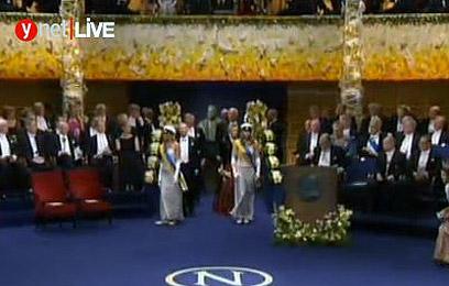 Shechtman receives award (Photo: Reuters)