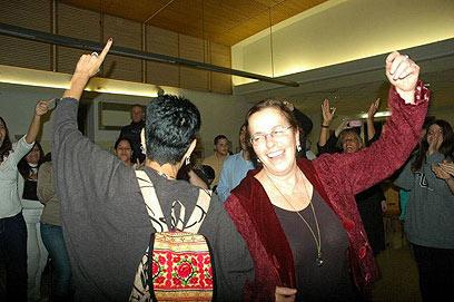אביבה שליט רוקדת עם הפעילים (צילום: אבי זולי   )