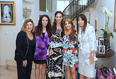 """מיטל כהן עם בני משפחתה במסיבת קדם החתונה (צילום: קארלוס צ'אטה"""") ()"""