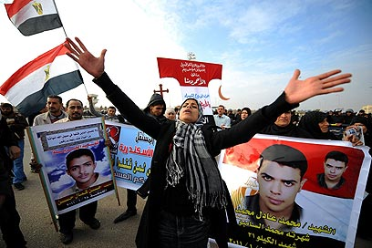 Anti-Mubarak protesters outside courthouse (Photo: MCT)