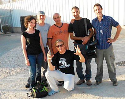 ילן פרנק עם צוות הצילום שלו באחד מבתי הכלא בארץ