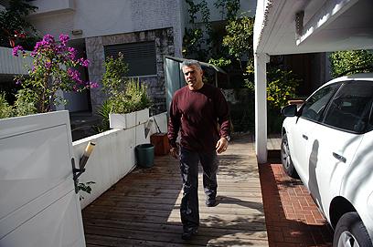 לפיד בכניסה לביתו. תזוזות במערכת הפוליטית (צילום: בן קלמר)