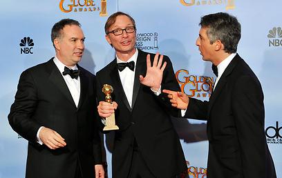 """אלכסנדר פיין ומפיקי """"היורשים"""", ג'ים ברק וג'ים טיילור (צילום: AP)"""