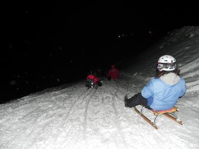 לגלוש במדרון הלבן בצורה פחות שגרתית. מזחלות שלג בלילה (צילום: זיו ריינשטיין)