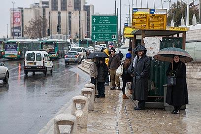 לא היה היום נעים במיוחד לחכות לאוטובוס. ירושלים (צילום: נועם מושקוביץ)