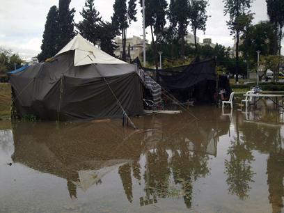 מאהל ברחובות שבו מתגוררת משפחה הוצף במים (צילום:  יורם שורק)