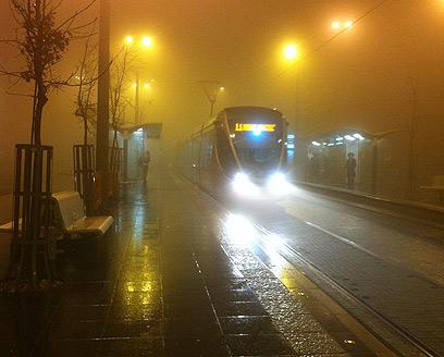 וכך נראתה הערב תחנת הרכב הקלה בי-ם בהר הרצל (צילום: יואב שפיז)