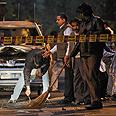 שוטרים אוספים ראיות מזירת ה פיגוע טרור שהיה בצהריים ב ניו דלהי הודו במסגרתו נפצעה טל יהושוע קורן Photo: AP