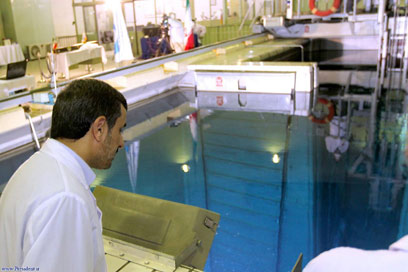 Ahmadinejad at Iranian nuclear plant (Archive photo: AP)