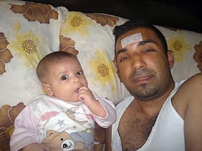 מאות הרוגים בהפצצות בחומס. העיתונאי הסורי רמי אל סעיד ובנו התינוק (צילום: AFP/ HO/SYRIAN OPPOSITION)